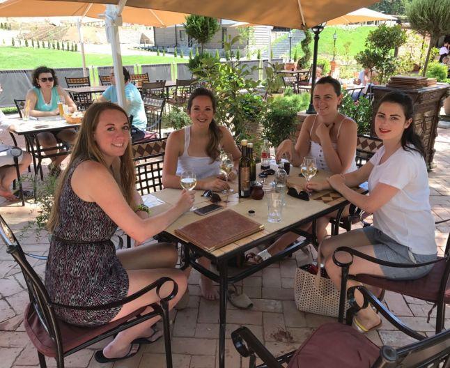 Blogeriţele din Anglia şi ghidul lor pe o terasă