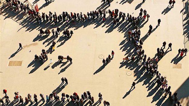 Un reflex social britanic: aşteptatul disciplinat la coadă