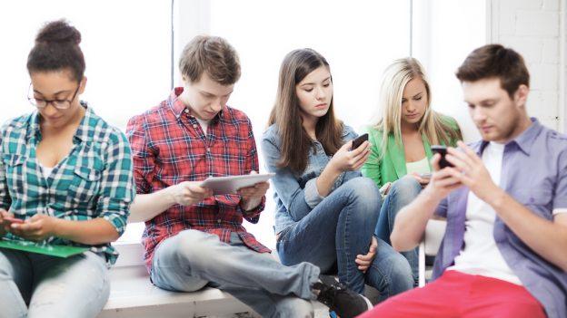 Ce se întâmplă cu noi? Excesul folosirii telefonului mobil și confuzia dintre Realitate / Ficțiune