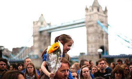 Mii de londonezi la priveghiul pentru victimele atentatului recent