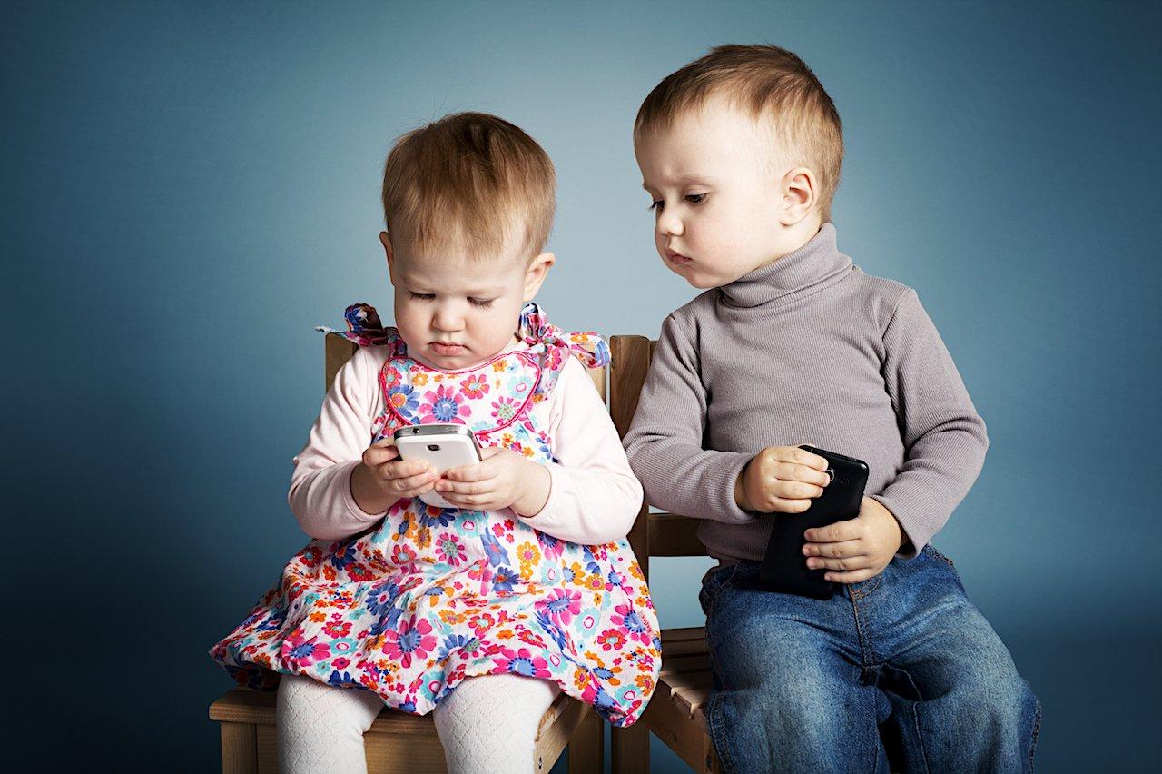 Folosirea smartphone-ului întârzie dezvoltarea limbajului copiilor